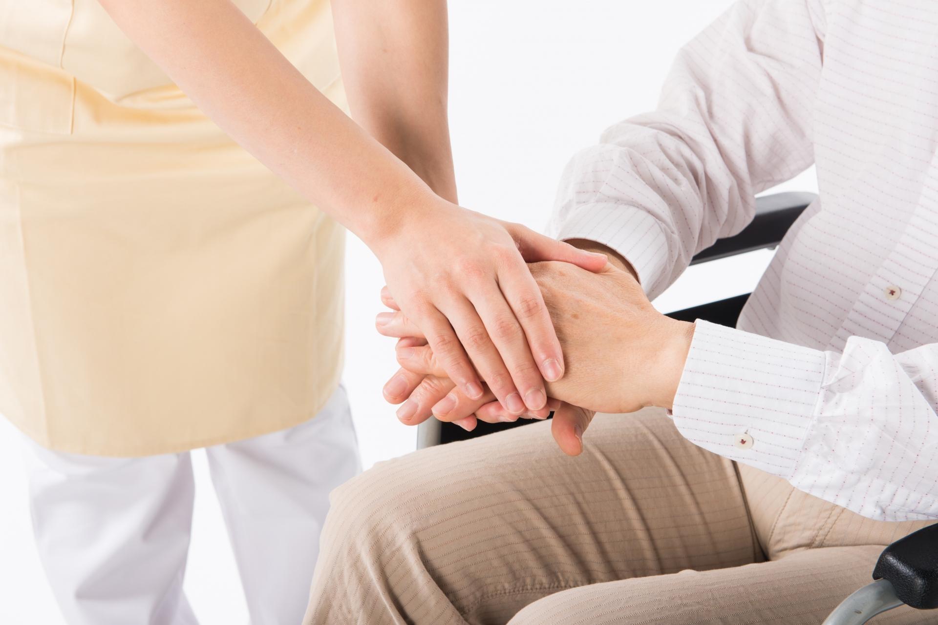 手を握る写真